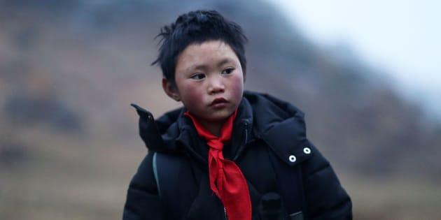 Esta foto tomada el 11 de enero de 2018 muestra a Wang Fuman, también conocido como 'Frost Boy', en Ludian, en la provincia suroccidental china de Yunnan.