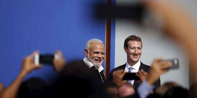 Indian Prime Minister Narendra Modi (L) and Facebook CEO Mark Zuckerberg pose for the crowd after a town hall at Facebook's headquarters in Menlo Park, California.