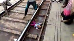 Un bébé l'a échappé belle après être tombé sur la voie ferrée en