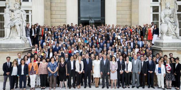 Les 308 députés de La République En Marche (REM) aux côtés de Richard Ferrand, Président du groupe à l'Assemblée nationale, le 24 juin 2017.