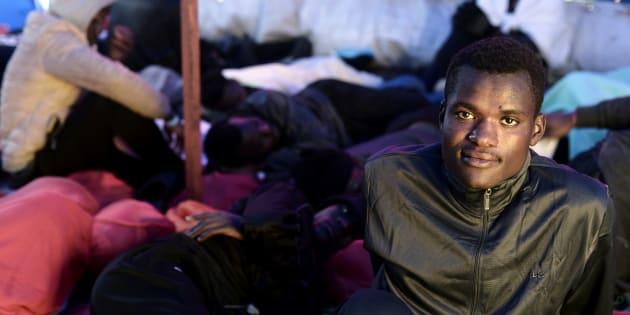 Uno de los migrantes que viajan en el 'Aquarius', retratado el 13 de junio camino de España.