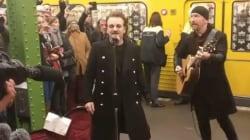 Bono Vox ha sorpreso i berlinesi con un concerto in metropolitana, mandando in tilt la