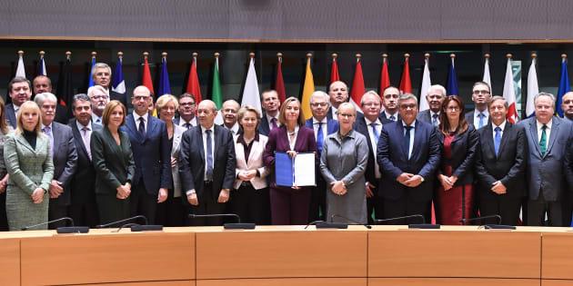 La jefa de la diplomacia europea, Federica Mogherini, posa con los ministros de Defensa que se han sumado a la PESCO, entre los que se encuentra la española María Dolores de Cospedal.