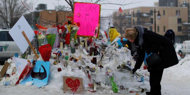 Une femme dépose des fleurs sur un mémorial près du lieu de la fusillade à Québec, le 31 janvier.