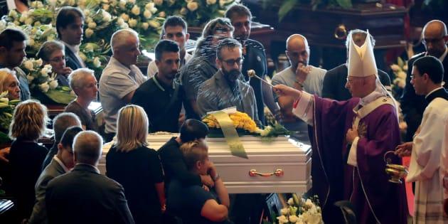 Effondrement du pont Morandi à Gênes: des funérailles d'Etat marquées par l'émotion et les polémiques