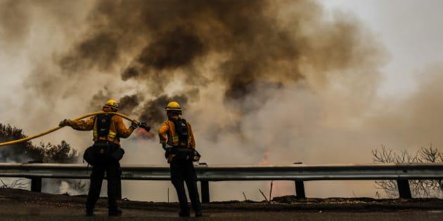 Des pompiers luttant contre les feux en Californie dans le comté d'Orange le 10 août 2018.