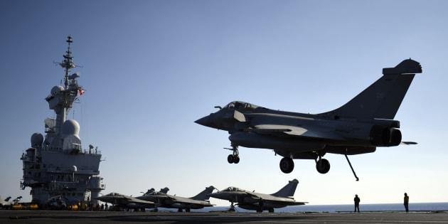 Un avion Rafale sur le Charles-de-Gaulle s'apprêtant à intervenir en Syrie en décembre 2016 (photo d'illustration).