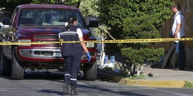 Peritos forenses inspeccionan el vehículo donde fueron hallados los cuerpos de varias personas el 6 de marzo de 2018, en la ciudad de Guadalajara.