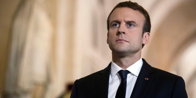 Le Président Emmanuel Macron traverse la Galerie des Bustes pour accéder à l'hémicycle du Congrès dans le château de Versailles, le 3 juillet 2017.