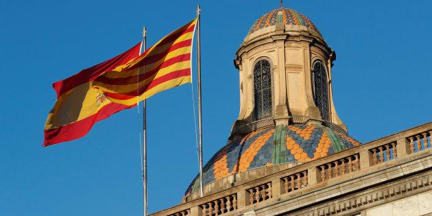 Les drapeaux espagnol et catalan flottent au-dessus du Palais de la Généralité de Catalogne, à Barcelone.