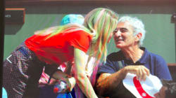 Estelle Denis s'amuse de cette photo de Raymond Domenech avec une