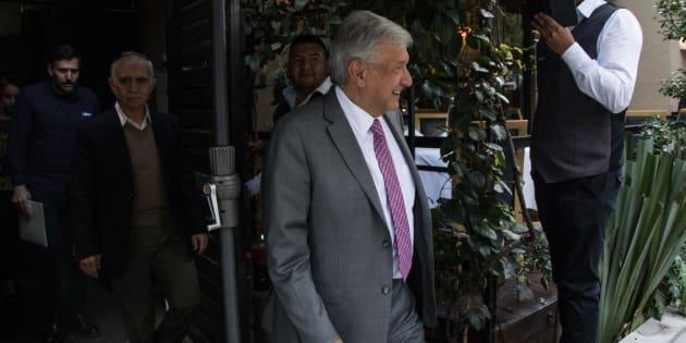 Andrés Manuel López Obrador, presidente electo de México, a su salida después de haber sostenido una reunión con empresarios que tienen inversión en la construcción del Nuevo Aeropuerto Internacional de México (NAIM).