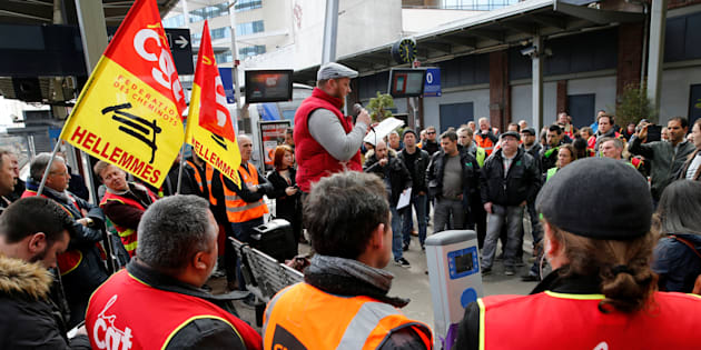 """Les syndicats de la SNCF dénoncent une """"mascarade"""" et menacent de poursuivre la grève """"au-delà"""" de juin."""
