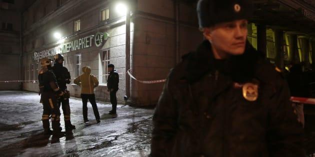 Policías y equipos de emergencias junto al supermercado atacado.