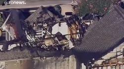 Un hélicoptère s'écrase sur une maison et fait un