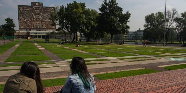 Dos jóvenes descansan en la zona conocida como Las Islas en Ciudad Universitaria de la UNAM.