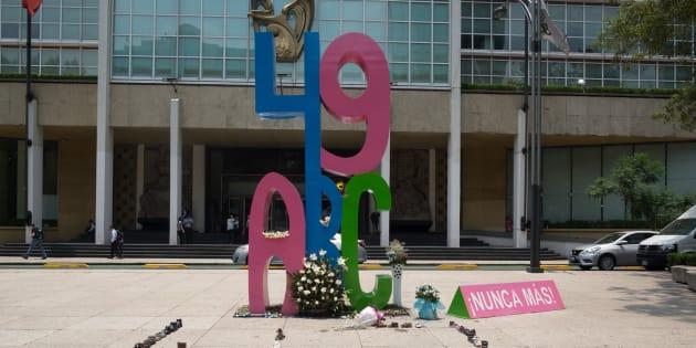 Padres y familiares de los 49 niños que perdieron la vida en el incendio de la Guardería ABC de Hermosillo, el 5 de junio de 2009; colocaron los 49 pares de zapatos de cada uno de los niños en el monumento ABC que se encuentra en frente del Instituto Mexicano del Seguro Social (IMSS).