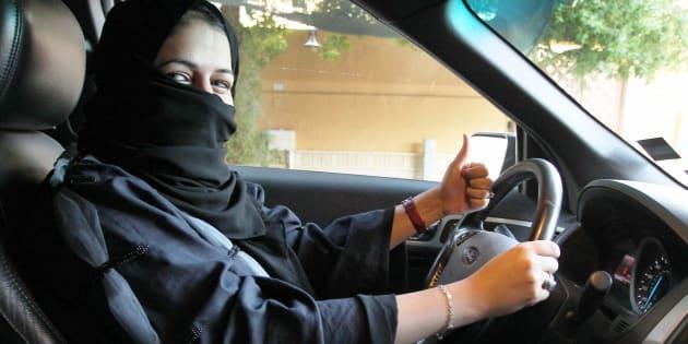 Una mujer se sienta al volante de un coche en Riyadh (Arabia Saudí), en la mañana de este miércoles.
