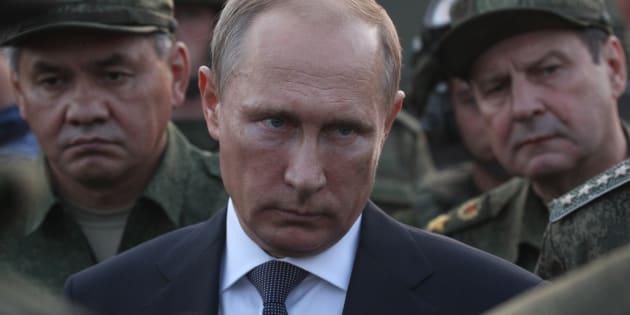 El presidente de Rusia, Vladimir Putin, rodeado de militares durante unas maniobras celebradas en Orenburg, en 2015.