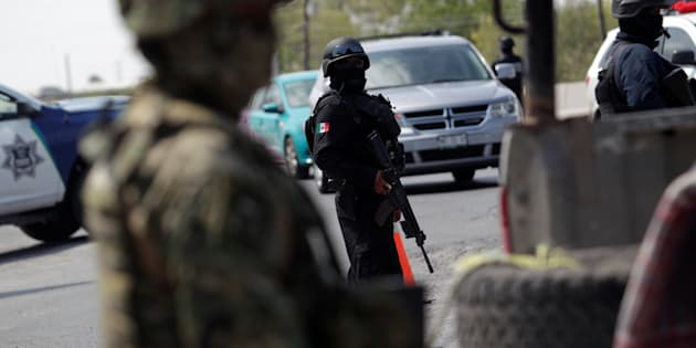 Agentes de la policía vigilan un puesto de control en las afueras de Reynosa, en el estado fronterizo de Tamaulipas, México.