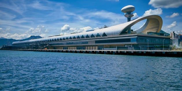 La terminal Kai Tak Cruise sobre la bahía de Kowloon. Hong Kong, 2015.