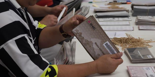 Consejales del Instituto Electoral de Ciudad de México durante la recepción, apertura, extracción y entrega de los sobresvoto provenientes del extranjero de las elecciones federales y locales, el pasado 28 de junio de 2018.