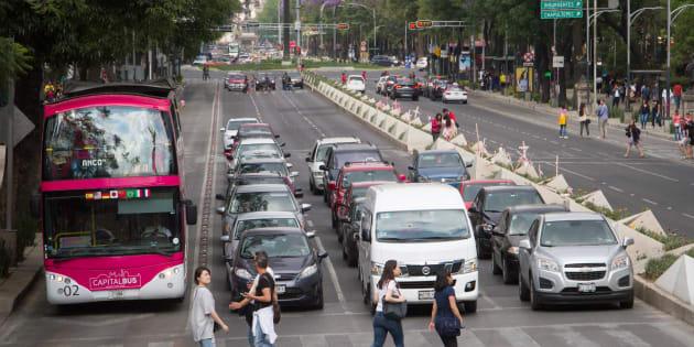 El tránsito vehicular en la avenida Reforma, en Ciudad de México.