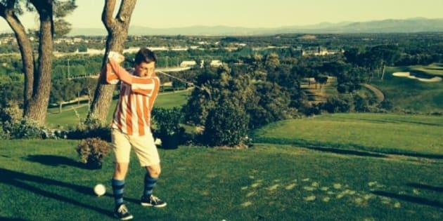 Martínez-Almeida jugando al golf con la camiseta del Atlético