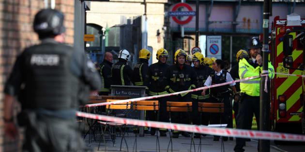 Brigada de Fogo de Londres atua na área atingida por explosão na estação Parsons Green, do metrô de Londres.
