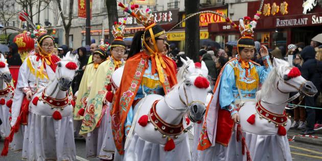 Des membres de la communauté asiatique défilent pour célébrer le Nouvel An chinois à Paris, en février 2016
