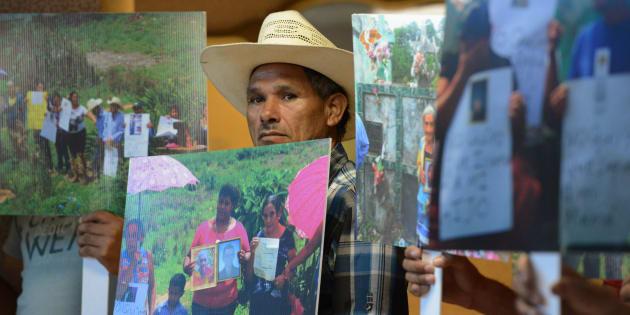 Residentes de La Azacualpa protestan contra el cierre y traslado de su cementerio local, llevado a cabo por Aura Minerals, una empresa minera canadiense asentada en Copán, Honduras. De acuerdo con los manifestantes, Aura Minerals pretende exhumar los restos de sus seres queridos. (ORLANDO SIERRA/AFP/Getty Images)