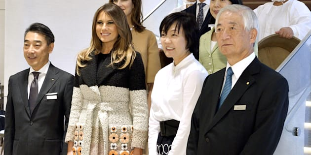 U.S. first lady Melania Trump and Akie Abe, wife of Japan's Prime Minister Shinzo Abe, pose for photo with Mikimoto president Hitoshi Yoshida (front R) and senior manager of Mikimoto (L) at Mikimoto Pearl head shop in Tokyo's Ginza district, Japan, November 5, 2017.  REUTERS/David Mareuil/Pool