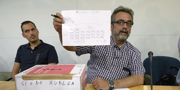 El asesor del comité de huelga de los trabajadores de Eulen del Aeropuerto de Barcelona-El Prat, Juan Carlos Giménez, muestra los resultados de las votaciones llevadas a cabo en la asamblea celebrada hoy.