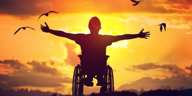 Non, je ne me sens pas 'clouée dans mon fauteuil roulant', c'est lui qui m'a libérée de mon handicap.