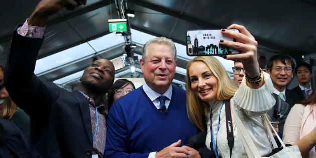 L'ancien vice-président américain Al Gore a pris des selfies avec des délégués et des observateur de la conférence COP23 à Bonn, en Allemagne, hier.