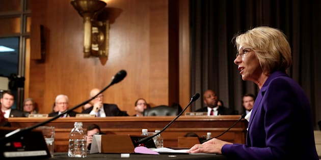 Betsy DeVos, ministre de l'Education controversée de Donald Trump, approuvée grâce au vote du vice-président Mike Pence