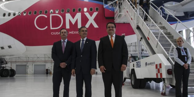 """Miguel Ángel Mancera, jefe de gobierno capitalino, presidió la presentación oficial del """"Gran Avión de la CDMX"""", de la marca de aeronavegación Aeroméxico, en Ciudad de México, el 6 de julio de 2016."""