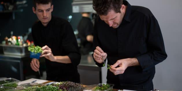 """Alexandre Mazzia dans la cuisine de son restaurant """"AM"""" à Marseille."""