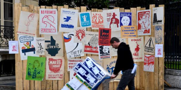 """La génération 2018 explique comment elle veut finir le boulot de Mai 68 / En photo, avant la vente """"Mai 68 en 500 affiches"""" à Paris."""