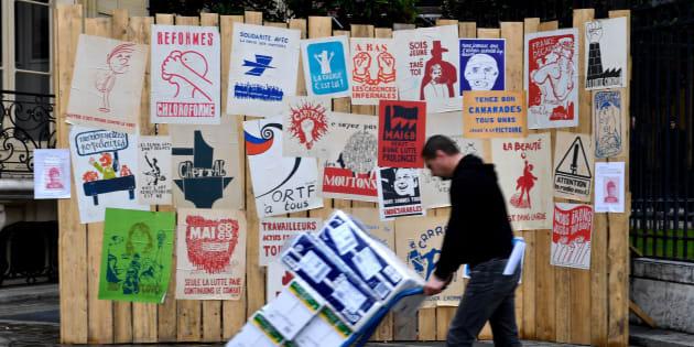 """Les affiches de Mai 68 exposées à l'occasion de """"Mai 68 en 500 affiches"""" (collection Laurent Storch) à la maison de ventes aux enchères Artcurial à Paris, le 9 mars 2018."""