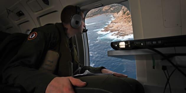 (Photo d'illustration) Les bulletins et professions de foi de Macron et Le Pen largués par avion en Polynésie