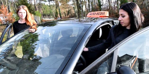 Passer son permis de conduire sera-t-il vraiment moins cher, comme l'a promis Emmanuel Macron?