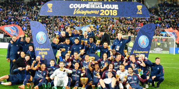 Les Parisiens célèbrent leur victoire en finale de la Coupe de la Ligue contre Monaco à Bordeaux le 31 mars 2018.