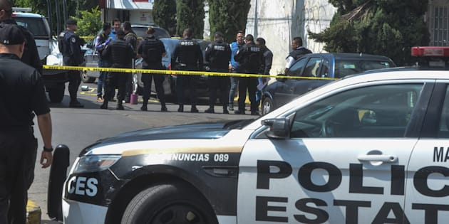 """Seis cuerpos fueron hallados dentro de un auto, en cuya puerta estaba escrito """"Anti Unión"""", en la calle de Bosques de Liba en la colonia Bosques de Aragón."""