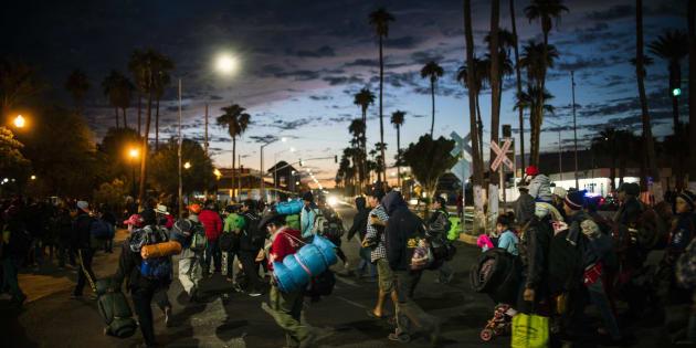 Migrantes centroamericanos, que integran una caravana multitudinaria que marcha hacia Estados Unidos, caminan por una calle de la ciudad mexicana de Mexicali cerca de la frontera con EU, el 19 de noviembre de 2018.