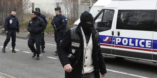 Des policiers présents pour la reconstitution du meurtre d'Aurélie Châtelain, le 20 mars 2016 à Villejuif.