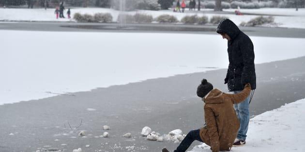 Un couple près d'une mare gelée à Strasbourg, le 8 janvier, alors que la France est touchée par une importante vague de froid
