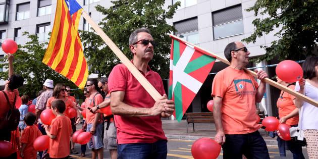 Le 10 juin dernier, plusieurs milliers de personnes se sont réunies dans les rues de la capitale économique basque sous la bannièrePrest- «prêt» en basque.