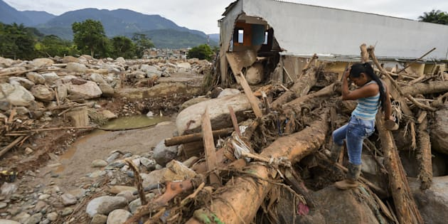Avalanche de água e pedras causada pelo transbordamento de três rios destruiu vários bairros da cidadecolombiana de Mocoa.