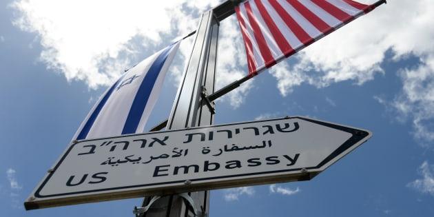 Nuevos carteles indicadores en Jerusalén, indicando la embajada norteamericana.